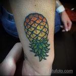 Прикольный пример существующей татуировки ананас – рисунок подойдет для тату ананаса на ноге
