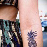 Оригинальный пример выполненной татуировки ананас – рисунок подойдет для тату ананас на пальце