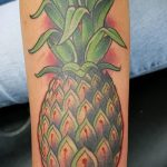 Оригинальный вариант готовой татуировки ананас – рисунок подойдет для тату ананаса на ноге