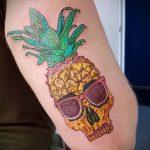 Классный вариант готовой наколки ананас – рисунок подойдет для тату ананас на шее