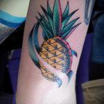 Крутой вариант выполненной татуировки ананас – рисунок подойдет для тату ананас на руке