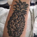 Оригинальный вариант нанесенной наколки ананас – рисунок подойдет для тату ананас на пояснице
