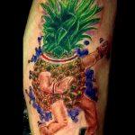 Классный пример готовой наколки ананас – рисунок подойдет для тату ананас на бедре