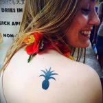 Интересный вариант нанесенной тату ананас – рисунок подойдет для тату ананас tiny love