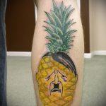 Прикольный вариант выполненной татуировки ананас – рисунок подойдет для тату ананас на ноге