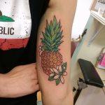 Интересный пример существующей татуировки ананас – рисунок подойдет для тату ананас tiny love