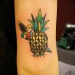 Оригинальный вариант нанесенной тату ананас – рисунок подойдет для тату ананас на запястье