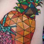 Прикольный пример нанесенной наколки ананас – рисунок подойдет для тату ананас акварель