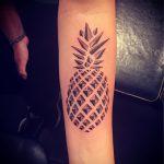 Классный пример выполненной татуировки ананас – рисунок подойдет для tattoo ananas