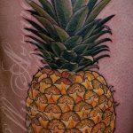 Уникальный пример выполненной татуировки ананас – рисунок подойдет для тату ананас на пояснице