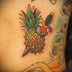 Интересный вариант нанесенной татуировки ананас – рисунок подойдет для тату ананас на ноге
