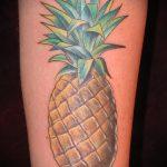Оригинальный пример выполненной татуировки ананас – рисунок подойдет для тату ананас на запястье