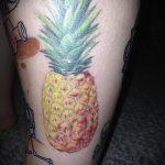 Крутой вариант выполненной татуировки ананас – рисунок подойдет для тату ананаса на ноге