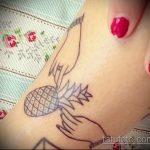 Прикольный вариант нанесенной татуировки ананас – рисунок подойдет для тату ананас tiny love