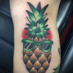 Интересный пример существующей тату ананас – рисунок подойдет для тату ананаса на ноге