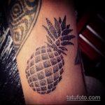 Интересный пример готовой татуировки ананас – рисунок подойдет для тату ананас на пояснице