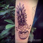 Классный пример выполненной татуировки ананас – рисунок подойдет для тату ананас на бедре