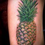 Интересный пример выполненной татуировки ананас – рисунок подойдет для тату ананас на пояснице