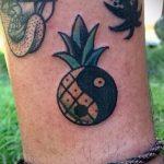 Прикольный пример существующей наколки ананас – рисунок подойдет для тату ананас на бедре