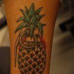 Уникальный пример выполненной татуировки ананас – рисунок подойдет для тату ананас на ноге