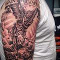 Интересный пример нанесенной татуировки Архангел Михаил – рисунок подойдет для тату архангел михаил с щитом и копьём