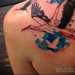 Крутой пример нанесенной тату аист – рисунок подойдет для тату аист для мужчин