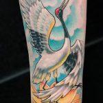Крутой пример нанесенной наколки аист – рисунок подойдет для аист тату на шее