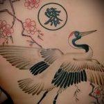 Прикольный вариант нанесенной татуировки аист – рисунок подойдет для тату аист на руку