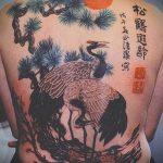 Уникальный вариант выполненной татуировки аист – рисунок подойдет для аист тату на шее