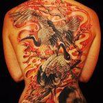 Интересный пример готовой тату аист – рисунок подойдет для тату аист и цветы