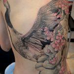 Прикольный вариант выполненной наколки аист – рисунок подойдет для тату аист для мужчин