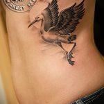 Классный вариант выполненной татуировки аист – рисунок подойдет для аист тату на шее