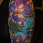 Прикольный пример готовой тату анютины глазки – рисунок подойдет для татуировка цветок анютины глазки