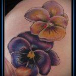Крутой пример нанесенной татуировки анютины глазки – рисунок подойдет для тату анютины глазки с бабочками