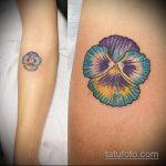 Прикольный пример существующей татуировки анютины глазки – рисунок подойдет для тату цветы анютины глазки