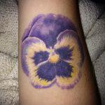 Интересный пример существующей татуировки анютины глазки – рисунок подойдет для тату цветы анютины глазки