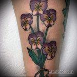 Зачетный пример готовой татуировки анютины глазки – рисунок подойдет для тату анютины глазки и бабочки