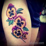 Уникальный пример выполненной татуировки анютины глазки – рисунок подойдет для тату анютины глазки йорку