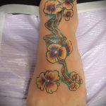 Оригинальный пример выполненной татуировки анютины глазки – рисунок подойдет для татуировка цветок анютины глазки