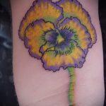Уникальный пример нанесенной тату анютины глазки – рисунок подойдет для тату цветы анютины глазки