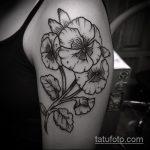 Крутой пример существующей татуировки анютины глазки – рисунок подойдет для тату анютины глазки живые