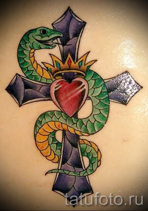 Тату змей на кресте