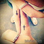 Крутой вариант нанесенной татуировки крест на пальце – рисунок подойдет для тату виде креста пальце