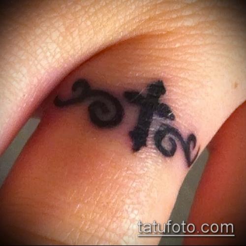 Интересный вариант нанесенной тату крест на пальце – рисунок подойдет для тату виде креста пальце