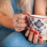 Зачетный пример готовой татуировки крест на пальце – рисунок подойдет для тату крест указательном пальце
