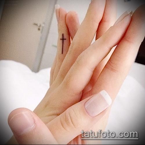 Прикольный вариант существующей наколки крест на пальце – рисунок подойдет для тату крест указательном пальце