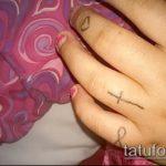 Оригинальный пример нанесенной наколки крест на пальце – рисунок подойдет для тату виде креста пальце