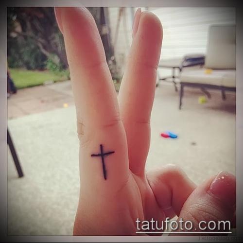 Крутой пример нанесенной татуировки крест на пальце – рисунок подойдет для тату крест пальце левой руки