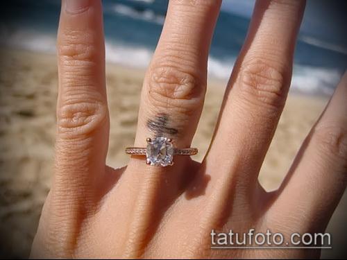 Татуировка на пальце перстень с крестом