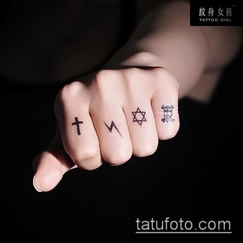 Оригинальный вариант готовой наколки крест на пальце – рисунок подойдет для тату крест на безымянном пальце